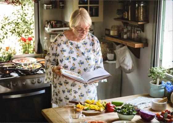 anciana cocinando